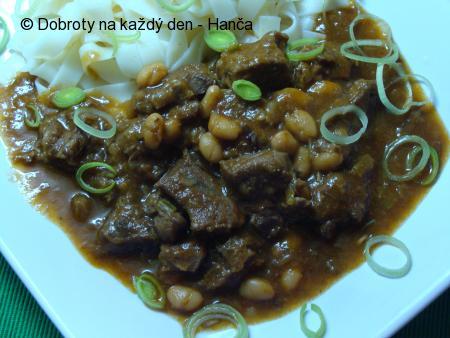 Pikantní guláš s hovězí kližky s fazolemi