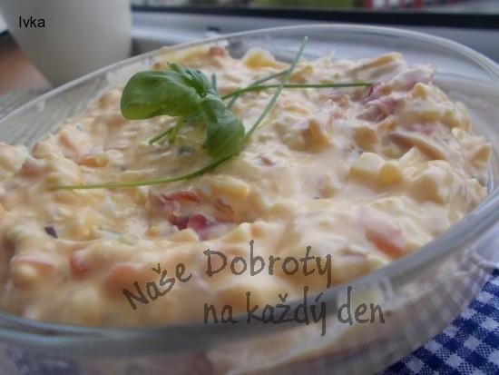 Lehký jarní salátek z vajec, rajčátek a zakysanky