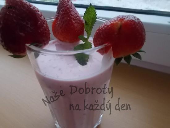 Koktejl z jahod , lučiny a jogurtu