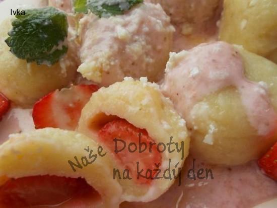 Ovocné knedlíky s jahodami,jahodovou zakysanou smetanou anebo s tvarohem, cukrem a máslem