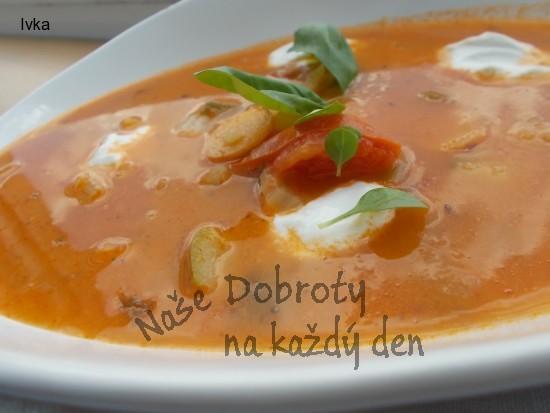 Rajčatovo -  řapíková   polévka  s cuketou a  zakysanou smetanou