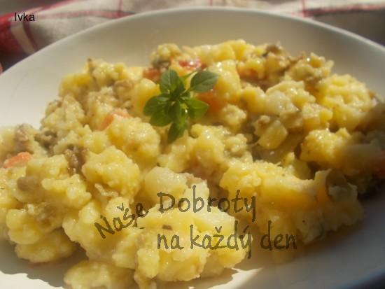 Bramborový salát s grilovaných brambor, grilovaného česneku  a sušených rajčat