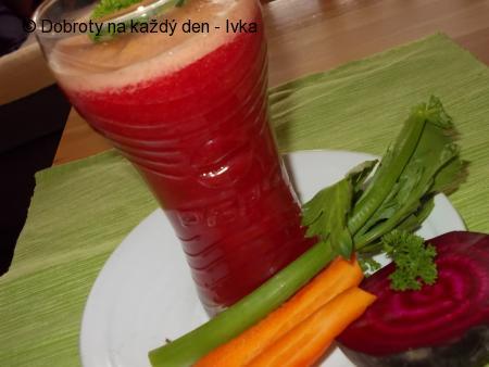 Zdravá mix šťáva z řapíkatého celeru, ředkve, řepy a mrkve