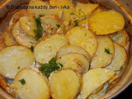 Nové brambory, zapečené v kořeněné zakysané smetaně