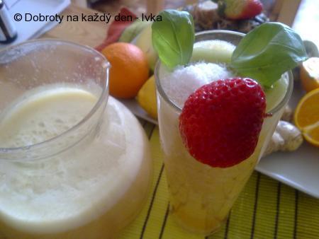 Zdravý nápoj se zázvorem a ovocem,nabitý vitamínky