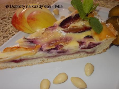 Smetanovo-pudingový koláč se švestkami a jablky