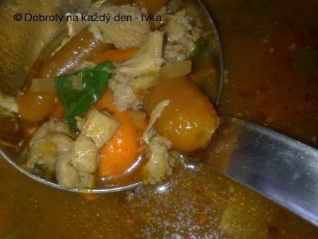 Drštková polévka s baby mrkvičkama, kousky masa a  rajčátkama