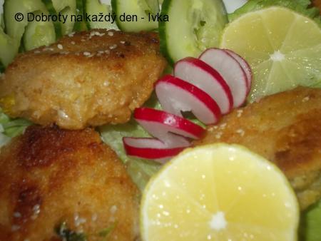 Pikantní rybí burgry z uzené ryby se sezamovou strouhankou