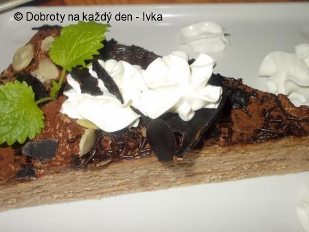Čokoládovo-karamelový dortík z kulatých dortových oplatek