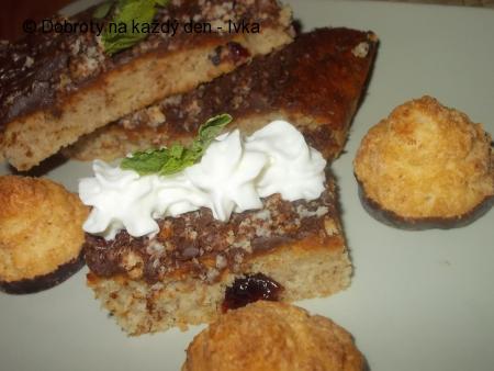Chutný, jablečný koláč s oříškama a  strouhanou čokoládovou  polevou