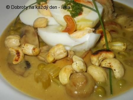 Kari omáčka s houbami,  hráškem, oříšky a vejcem