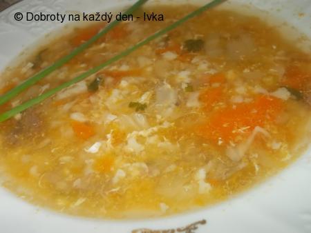 Hovězí polévka s rajčátkama, paprikou a kořenovou zeleninou
