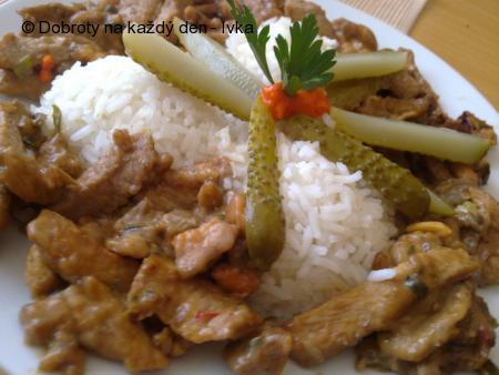 Pikantní kousky z kuřecího a vepřového masa s houbami