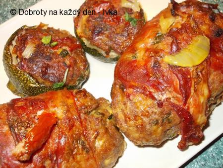 Grilovaná sekaná se sušenými rajčaty, cuketou a špenátem, zapečená  v cuketě  i  volně