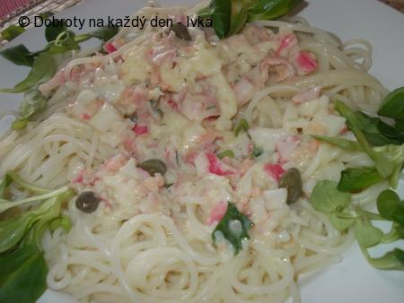 Špagety s omáčkou z  uzeného lososa, kaparů a koprové omáčky