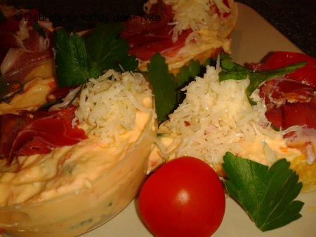 Báječné občerstvení z několika druhů sýru a uzenou šunkou