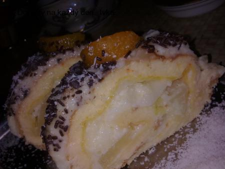 Ananasová  roláda bez mouky, plněná  třepacím  krémem