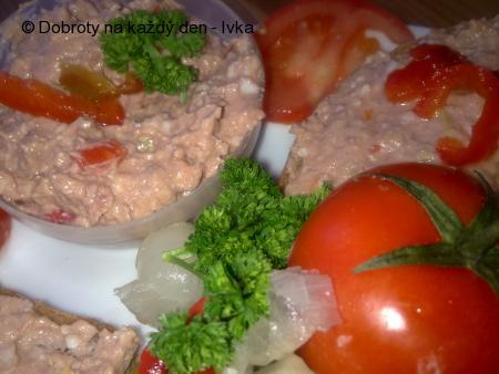 Pomazánka ze zelených oliv, játrové paštiky a sýrů
