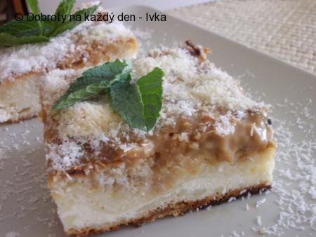 Křehký koláč s karamelovým pudingem, ovocem a tvarohem