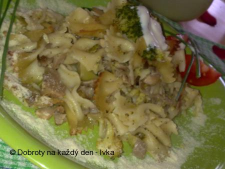 Farfalle s brokolicí, hlívou ústřičnou a chutnou sýrovou omáčkou