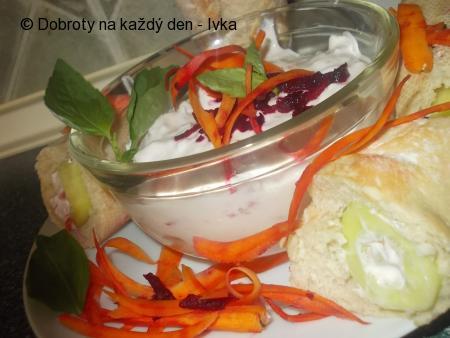 Zdravý zeleninovo-sýrový salátek k bagetce