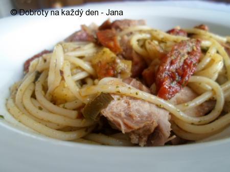 Špagety se sušenými rajčaty a rukolovým pestem