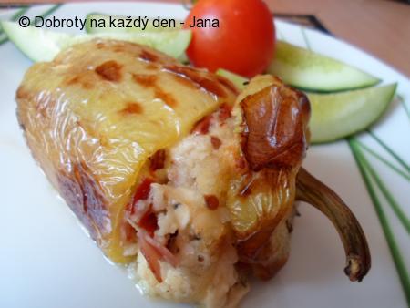 Pečené papriky s lilkem, kuskusem, sušenými rajčaty a sýrem