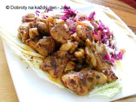 Zeleninový salát s kuřecím kari masem