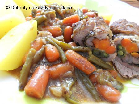 Roláda z krkovice plněná baby karotkou a fazolkami