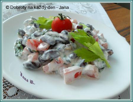 Fazolový salát s medvědím česnekem, rajčaty a pažitkou