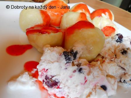 Jahodovo- tvarohové knedlíky s borůvkovou zmrzlinou