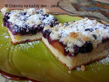 Kynutý koláč se švestkami a borůvkami