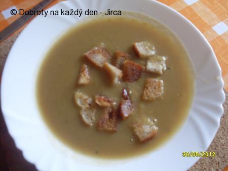 Jemná chřestová polévka s krutony