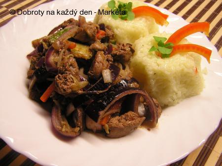 Kuřecí játra s Harissou, zeleninou a červenou cibulí