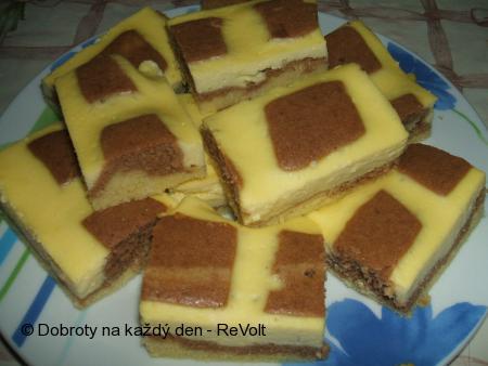 Hrnkový koláč s tvarohovou mřížkou