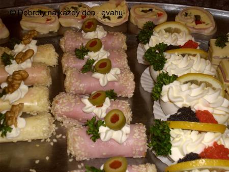 Sýrové a různé jednohubky, obložené mísy