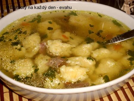 Hovězí polévka se sýrovými noky