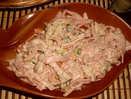 Salát z měkkého salámu