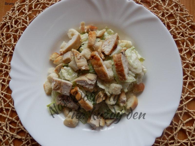 Caesar salát s kuřecím masem a krutony