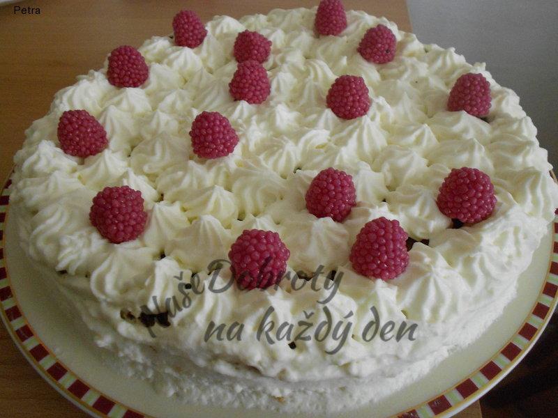 Mrkvový koláč se šlehačkou