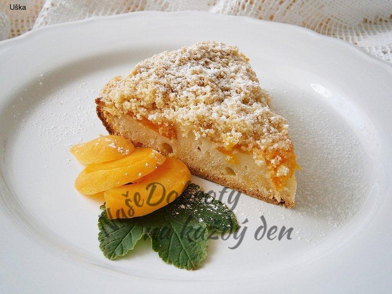 Jogurtový koláč s meruňkami a drobenkou