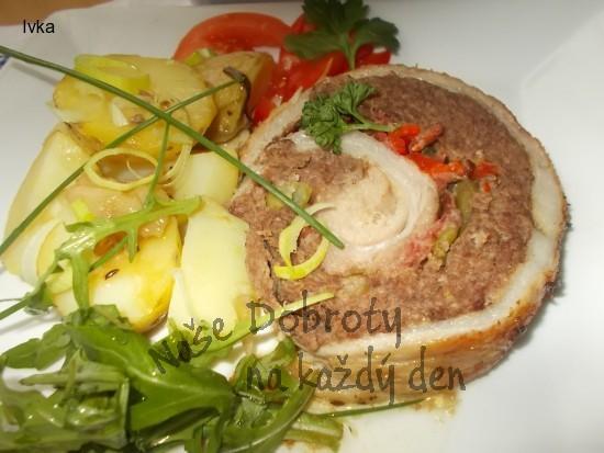 Bůčková roláda s mletým masem,  červenou paprikou a fazolkami