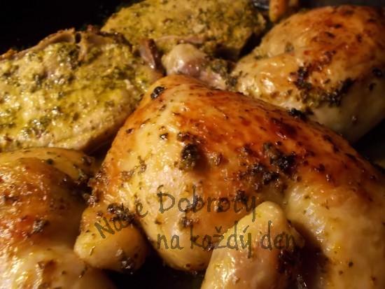 Kuřecí stehna a kotletky na grilu s cuketou na špenátovo-paprikovém pestu s česnekem