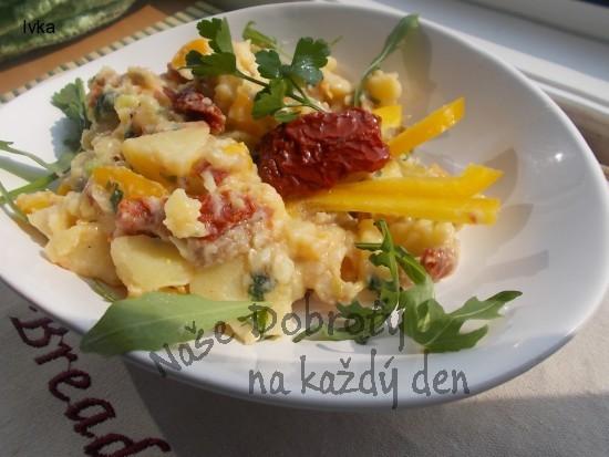 Pikantní  jarní bramborový salát se sušenými rajčátky, žlutou paprikou, salátovou okurkou a bylinkami