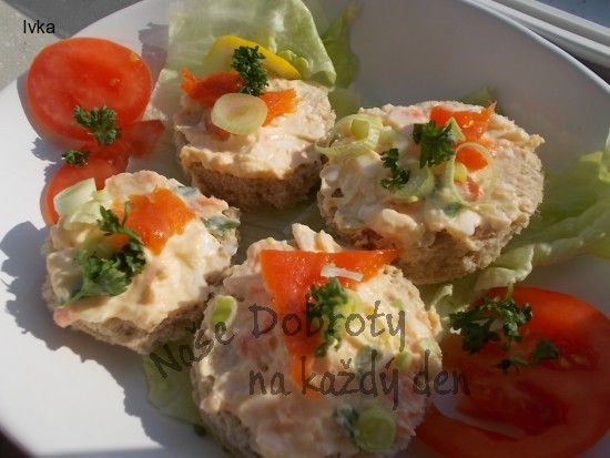 Barevná pomazánka z tvarohu, vajec a lososa