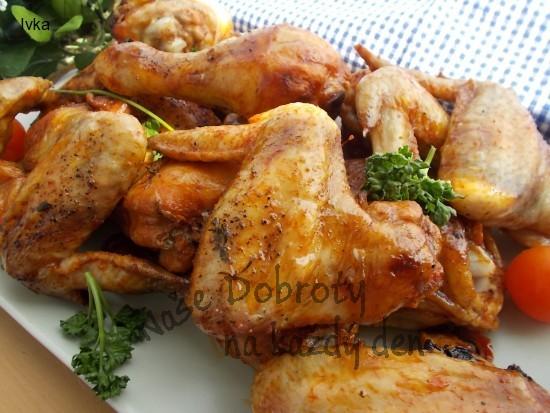 Marinovaná kuřecí stehýnka, křidýlka a paličky