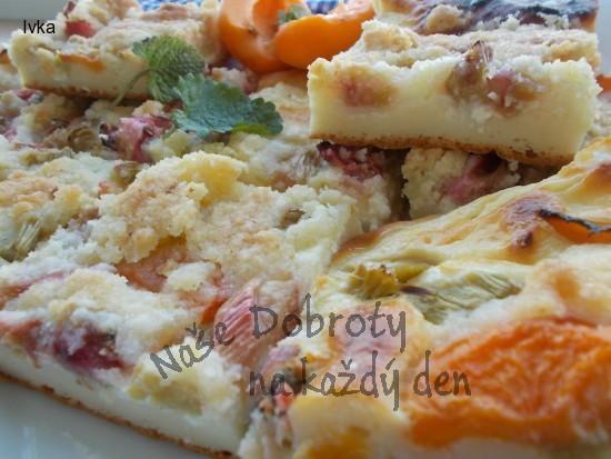 Rychlý koláč s revení, meruňkou, tvarohem a žmolenkou