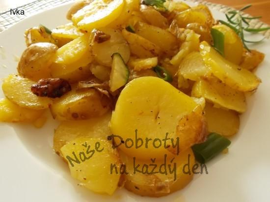 Grilované brambory v pekáčku s cuketou a bylinkami