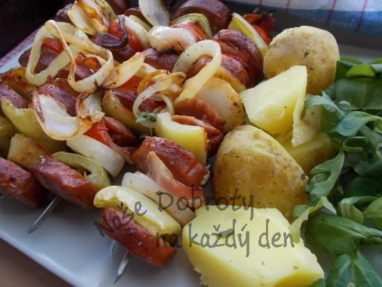 Grilovaný špíz ze špekáčků a zeleniny