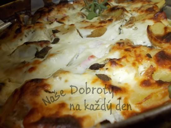 Brambory, zapečené ve směsi z balkánského sýra a zakysané smetany